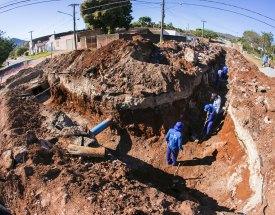 Obras de drenagem e pavimentação avançam na parte alta da cidade