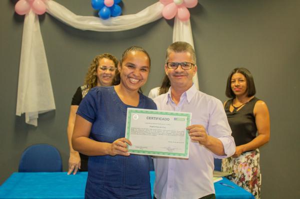 Enelto e Senai entregaram certificados para participantes do curso de confeiteiro