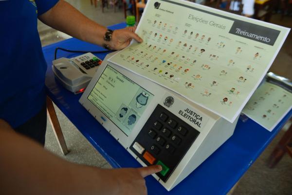 Bolsonaro sanciona com vetos lei que muda regras eleitorais