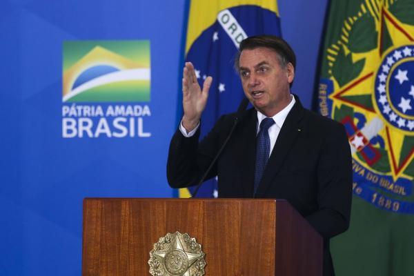 Bolsonaro sanciona projeto para tirar arma de agressor de mulher