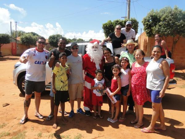 Prefeito Enelto e primeira-dama surpreendem crianças entregando presentes de Natal