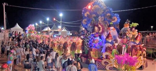Despedida de Carnaval tem desfile de escola de samba