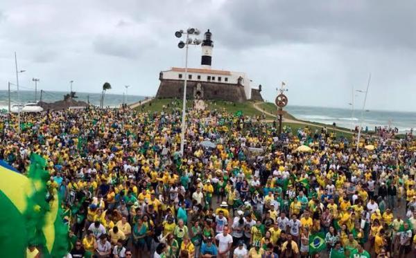 'Vírus está no Congresso', dizem manifestantes na Bahia