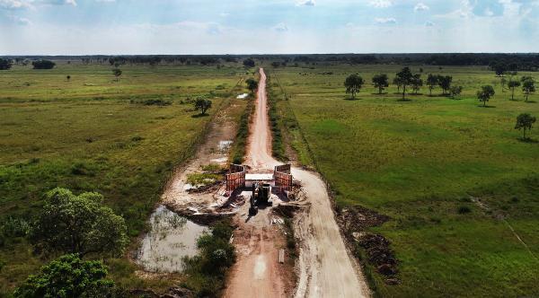 No Pantanal do Nabileque, governo abre estrada e constrói pontes e galerias