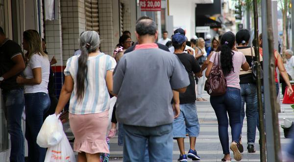 Casos de Covid-19 crescem no mesmo ritmo que a população fica nas ruas