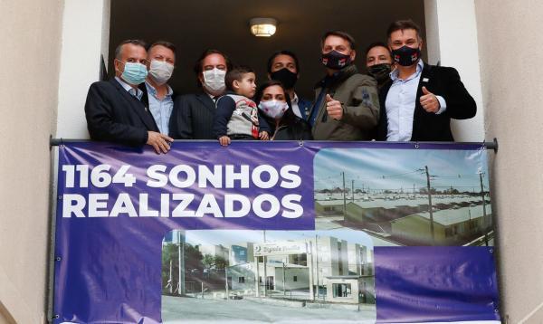 Bolsonaro entrega 1,16 mil casas em município gaúcho