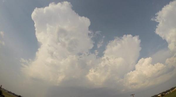 Sábado com céu nublado e pancadas de chuva