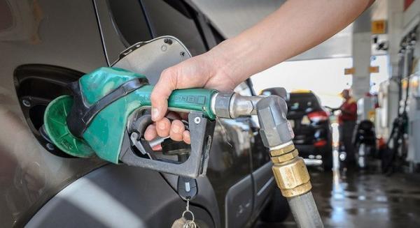 Gasolina subiu 4% nas refinarias, anuncia Petrobras
