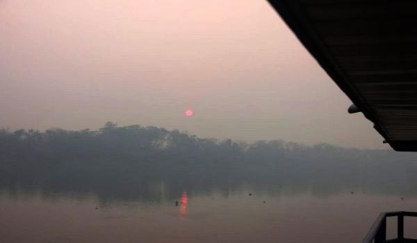 Amolar amanhece com alta temperatura e fumaça impede navegação e voos