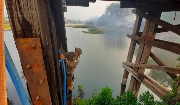 Bombeiros e pescadores evitam destruição de ponte pelo fogo na Estrada-Parque