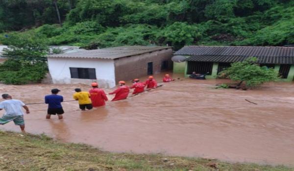 Bombeiros atuam em resgate de famílias desabrigadas pela chuva