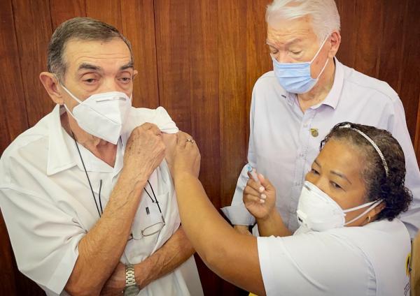 Dr. Selmo é o primeiro cidadão a ser imunizado em Rio Verde contra a covid-19
