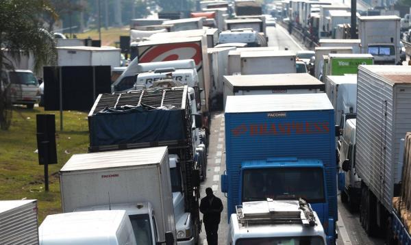 Justiça Federal proibe caminhoneiros grevistas de bloquear BR-101