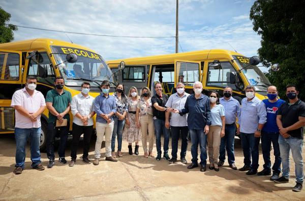 Prefeito Zé de Oliveira entregou dois ônibus à Secretaria Municipal de Educação