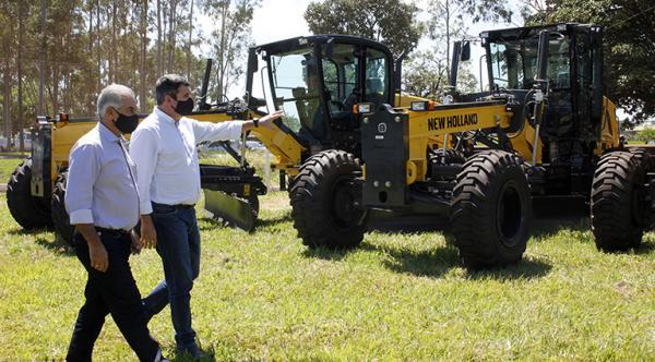Motoniveladoras entregues pelo Estado potencializam a agricultura familiar, dizem prefeitos
