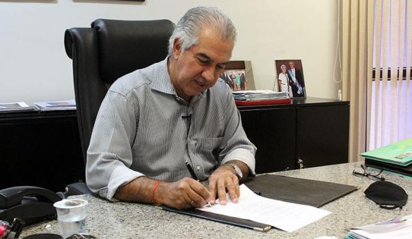 """Governador assina lei que cria o programa """"Mais Social"""", que irá beneficiar 100 mil famílias carentes"""