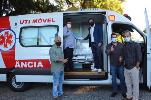 Deputado Lucas de Lima entrega ambulância UTI móvel neonatal em Bonito