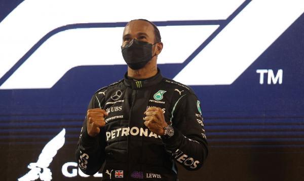 Em êxtase, Hamilton comemora sua 100ª pole position no GP da Espanha
