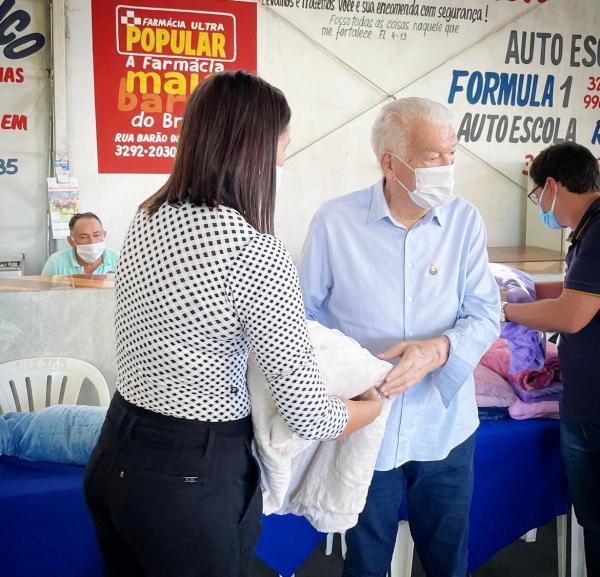 Zé de Oliveira fez a entrega de cobertores da Campanha Aqueça uma Vida