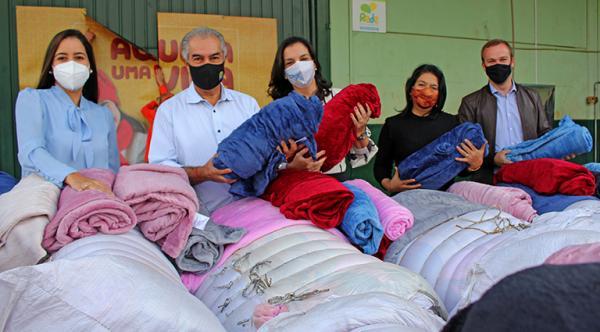 Distribuição de cobertores para famílias carentes coincide com chegada do inverno