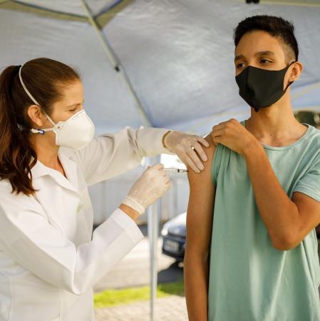 Covid-19: ministério recomenda suspensão da vacinação de adolescentes