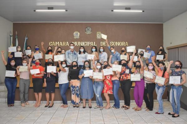 Prefeitura entrega mais de 80 certificados de cursos de capacitação em Sonora
