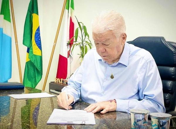 Prefeito Zé de Oliveira volta a despachar no gabinete