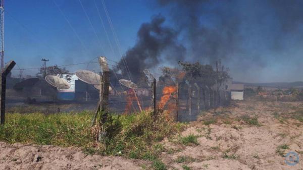 Incêndio atinge terreno das torres de rádio, TV e telefonia