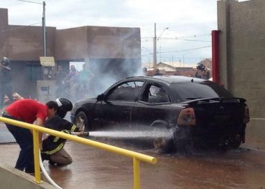 Carro pega fogo e fica totalmente destruído