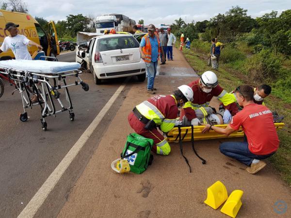 Três pessoas ficam feridas em colisão frontal na BR-163
