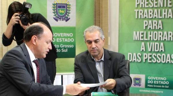 Reinaldo Azambuja sancionou lei que diminui ICMS do diesel