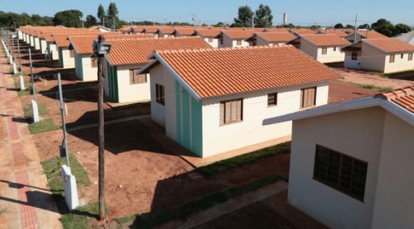 Reinaldo Azambuja assina contrato habitacional com famílias em Ribas do Rio Pardo