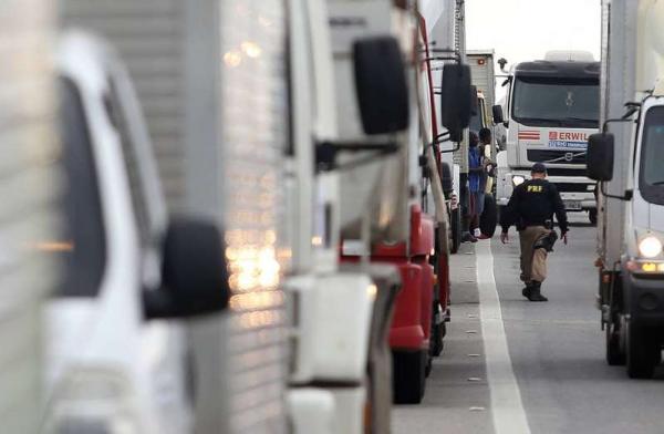 Caminhoneiros seguem divididos quanto à paralisação após decisão do STF