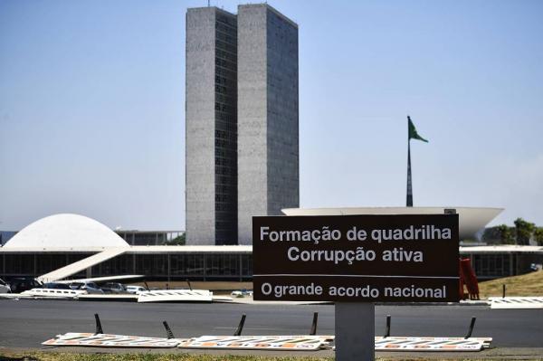 Em mensagem ao Congresso, Bolsonaro propõe uma nova Previdência