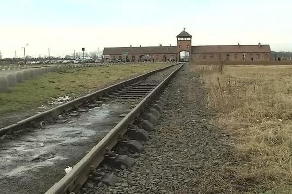 Museu de Auschwitz pede que visitantes evitem caminhadas sobre trilhos