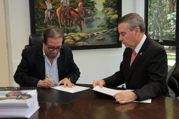 Presidente Paulo Corrêa entrega Balanço Geral do Estado ao TCE-MS