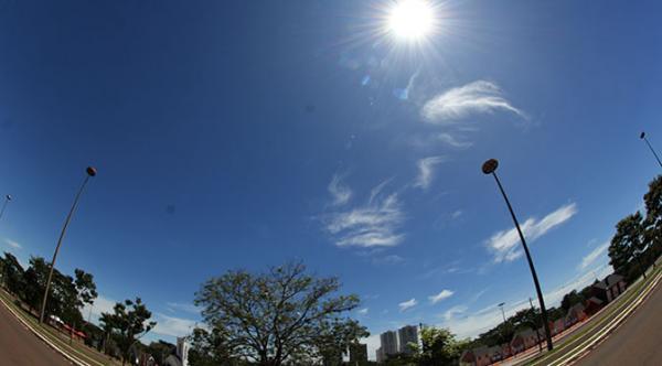 Segunda-feira de céu claro e calor de 34°C no MS