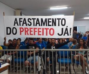 Servidores pedem o afastamento do prefeito Aluizio São José